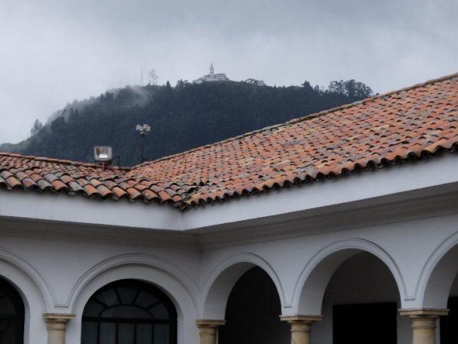 Blick aus dem Botero Museum auf Bogotás Hausberg Monserrate